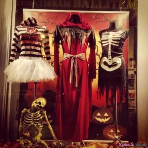 Kostimi.lv Helovīnu vitrīna tumšajā dienas laikā.