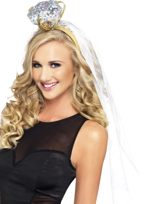 Līgavas plīvurs ar lielu gredzenu