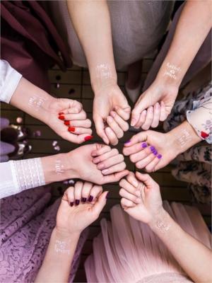 13 gab, Pagaidu tetovējumi Vecmeitu ballītei, rozā zelts