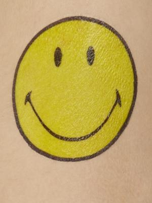 9 gab, Tetovējums - smaidiņš