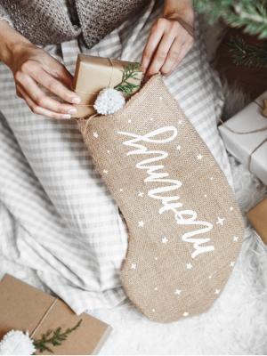Ziemassvētku dekoratīva dāvanu zeķe Mommy, džutas, 23 x 39,5 cm